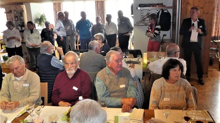 Gemeindepräsident Markus Sieber (im Hintergrund rechts) nimmt auf dem Schwarzenberg Ehrungen bei mit mitgereisten Seniorinnen und Senioren vor.