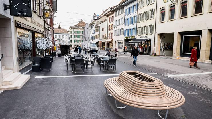 Prägende Elemente der neuen Rathausstrasse sind die weissen Granitbänder und die hölzernen Sitzbänke.