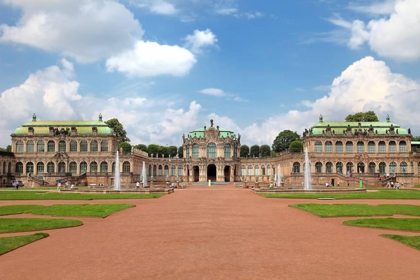 Der Dresdner Zwinger ligt neben der Semperoper. (Bild: istock)