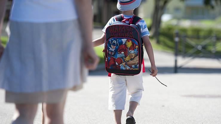 Kinder sollten den Schulweg bereits vor dem ersten Schultag zusammen mit den Eltern ablaufen, um zu lernen, wie sie sich sicher im Verkehr bewegen können. (Archivbild)