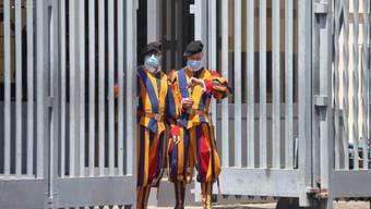 Schweizer Gardisten in Rom schützen sich vor dem Coronavirus.