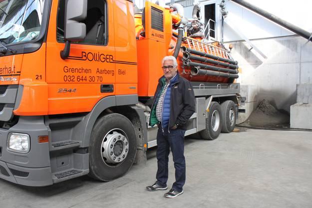 Marcel Bolliger vor einem Reinigungsfahrzeug