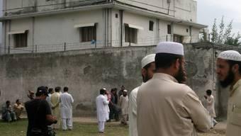 Anwohner diskutieren vor dem Haus, in dem Bin Laden getötet wurde
