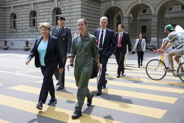 Amherd will zeigen, dass auch Frauen in der Armee alle Aufgaben erledigen können. Im Abstimmungskampf tritt sie deshalb mit Kampfjet-Pilotin Fanny Chollet auf.
