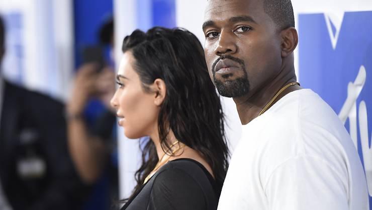 """Kanye West (r.), Musiker und Ehemann von Reality-Star Kim Kardashian West (l.), hat sich gegenüber einem Chicagoer Radio dafür entschuldigt, dass er vor vier Monaten Sklaverei als """"freie Wahl der Betroffenen"""" bezeichnet hatte. (Archiv)"""