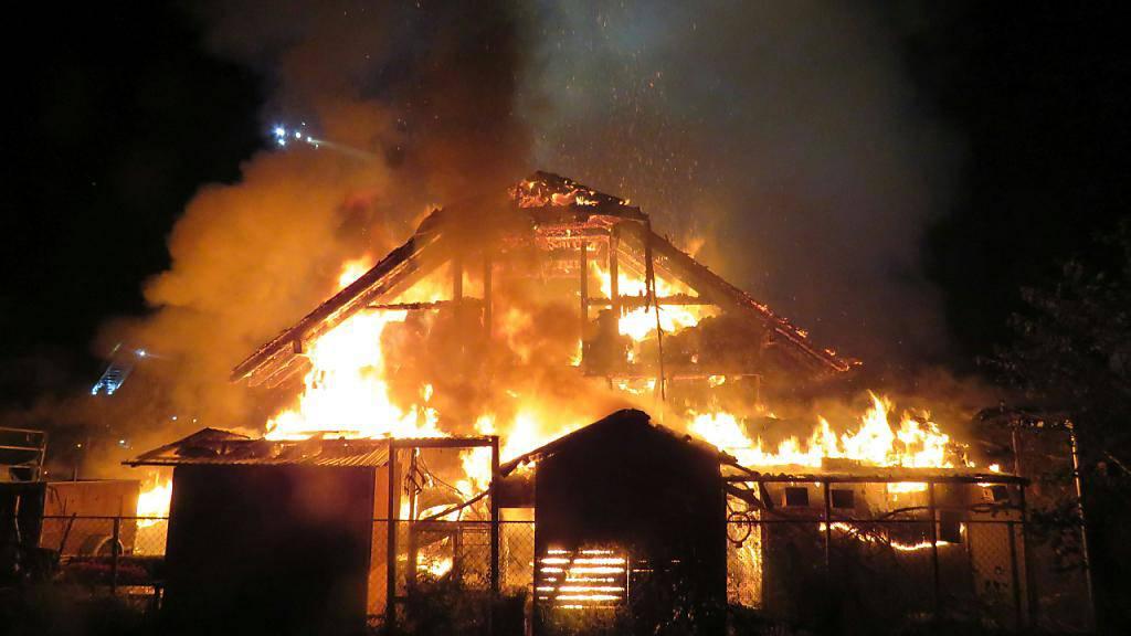 Bei einem Brand in Fahrwangen AG wurde eine Scheune zerstört. Mehrere Kleintiere kamen in den Flamen um. Personen wurden nicht verletzt.