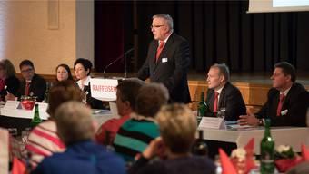 Verwaltungsratspräsident Iwan von Rohr bei seiner Ansprache, rechts daneben Bankleiter Andreas Furrer.