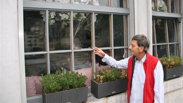 Domenico Forte zeigt das kaputte Fenster, das in der Nacht von Vandalen zerstört wurde.