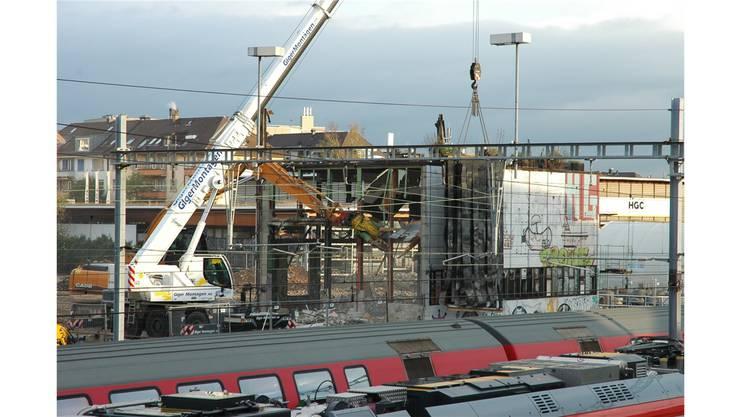 Dienstagmorgen in der Binz: Bagger brechen die Reste des bis im Frühling besetzten Fabrikareals ab.