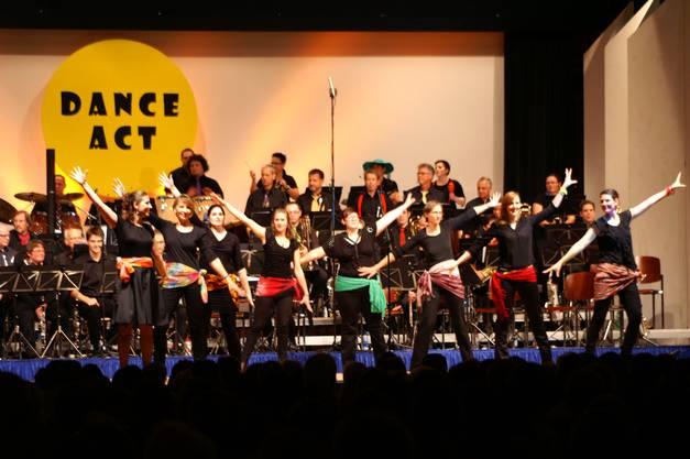Harmonisten-Tänzerinnen beim beschwingten Eröffnungstanz zum zweiten Konzertteil.