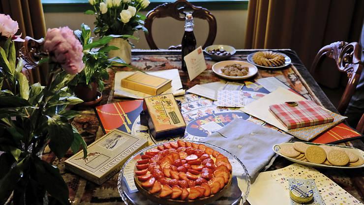 Erinnerung zum 90. Geburtstag von Anne Frank: Ein Tisch im Anne-Frank-Haus in Amsterdam ist mit den Geschenken dekoriert, die sie zum 13. Geburtstag erhalten hatte, unter ihnen das karierte Tagebuch.