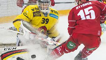 SCB-Goalie Marco Bührer im Duell mit Lausannes Juha-Pekka Hytönen