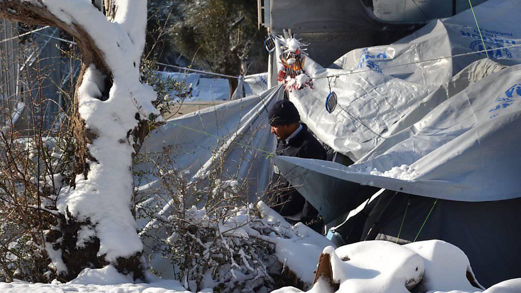 Auf der griechischen Insel Lesbos haben Flüchtlinge nur Zelte, um sich vor der Kälte und dem Schnee zu schützen.