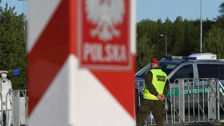 ARCHIV - Eine Frau aus Polen schaut über die geschlossen Grenze noch Deutschland. Foto: Stefan Sauer/dpa