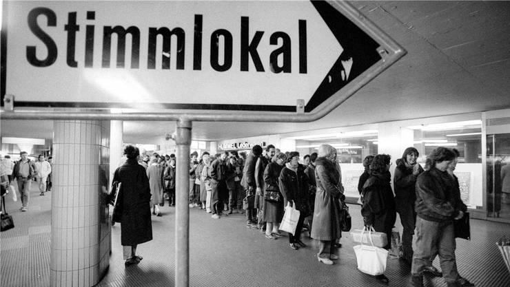 Warteschlange vor dem Abstimmungslokal: Szenen wie im Jahre 1989, als das Volk über die Armeeabschaffung entschied, sind selten geworden.