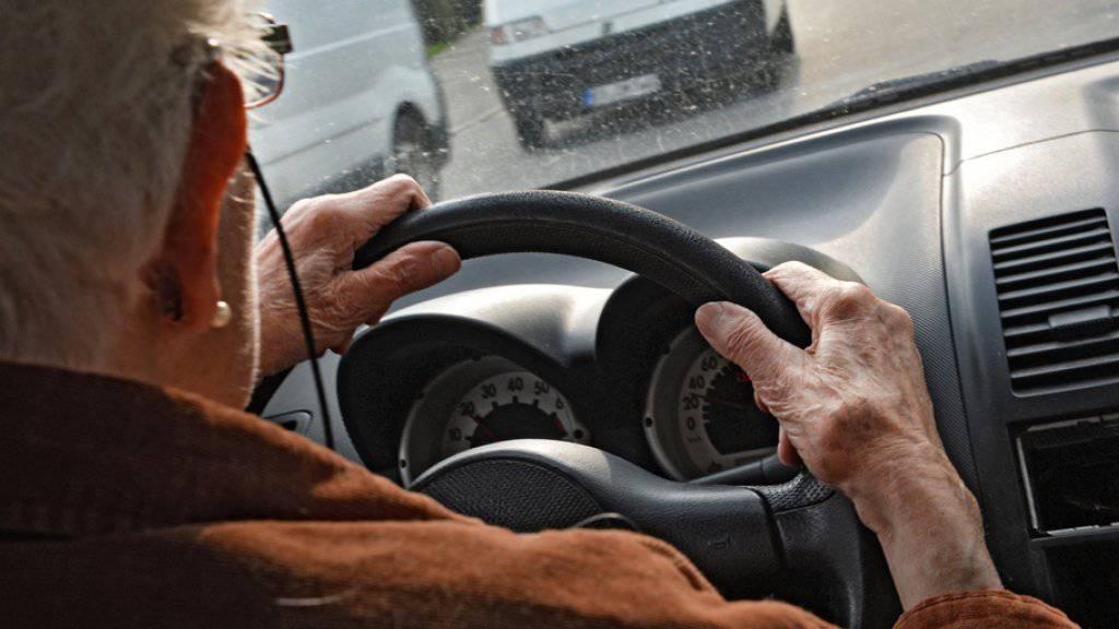 Senioren am Steuer sollen in Zukunft erst ab 75 Jahren regelmässig zum medizinischen Check erscheinen müssen. Das hat das Parlament beschlossen. (Symbolbild)