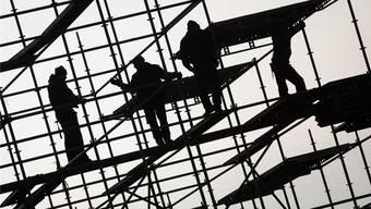 Der Anteil der Schwarzarbeitskontrollfälle, welche aufgrund eines Verdachtsmoments an die zuständige Spezialbehörde weitergeleitet wurden, liegt bei 18,5 Prozent.  Symbolbild/Key