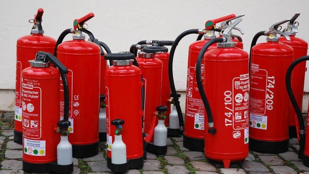 Ein betrunkener Mann hat in Weinfelden eine Person sowie zwei Autos mit einem Feuerlöscher besprüht.