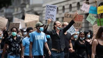 In der Schweiz gehen seit Wochen Tausende Menschen auf die Strasse, um gegen die Corona-Massnahmen, Rassismus oder für die Gleichberechtigung zu demonstrieren.