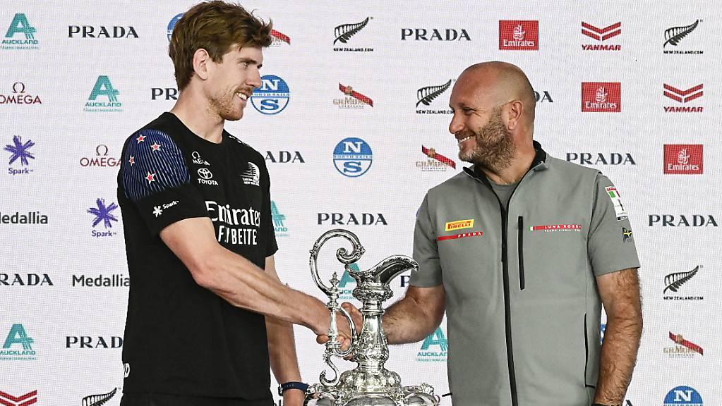 Italiens-Skipper Max Sirena (rechts) und sein Amtskollege Peter Burling von Team New Zealand  beim Shakehands