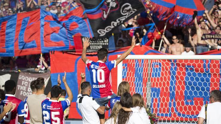 Matias Delgado wird von den Fans gefeiert.