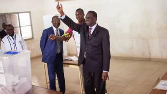 Übergangspräsident Michel Kafando (rechts).