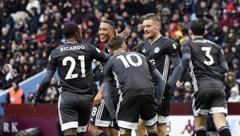 Jamie Vardy (Zweiter von rechts) führte Leicester mit zwei Toren zum Auswärtssieg gegen Aston Villa