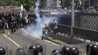 Demonstranten und Polizisten lieferten sich am Samstag in Caracas Strassenschlachten.