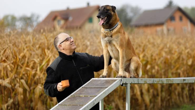 Luis Fonseca mit seinem Belgischen Schäferhund Sky.