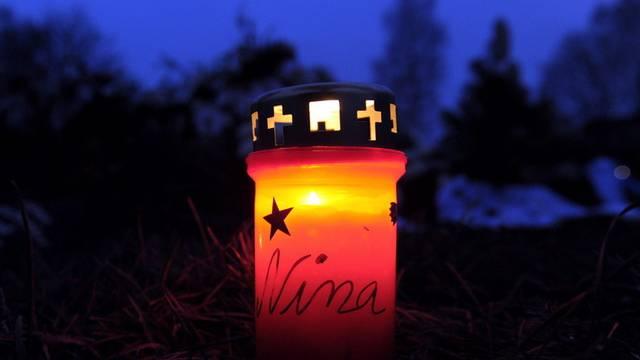 Eine Kerze brennt auf dem Friedhof in Bodenfelde für die ermordete 14-Jährige