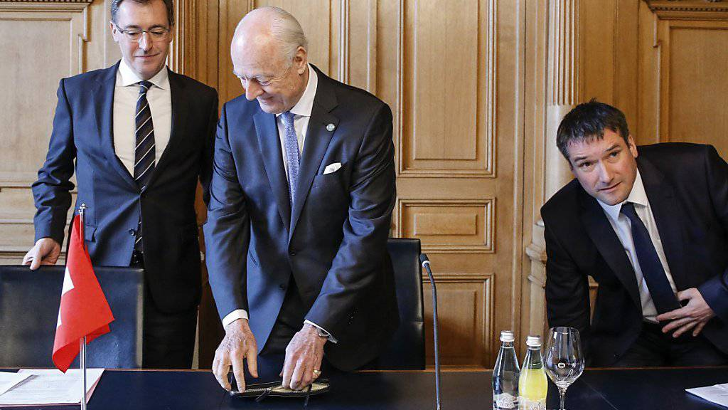 Hoher Besuch: UNO-Sondergesandte de Mistura (Mitte) wird von den Präsidenten der Aussenpolitischen Kommissionen, Roland Büchel (links) und Christian Levrat empfangen.