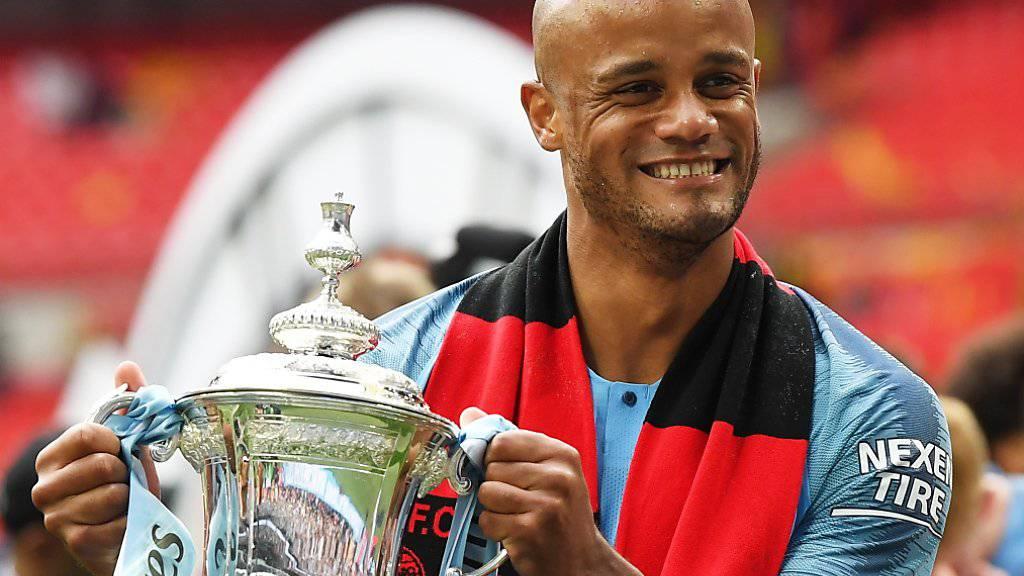 Vincent Kompany posiert am Samstag mit dem Cup-Pokal.