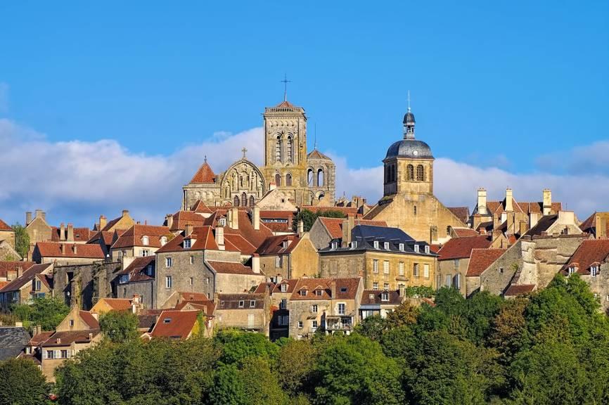 Das kleine Dörfchen Vézelay liegt inmitten von grünen Hügeln. (Bild: istock)