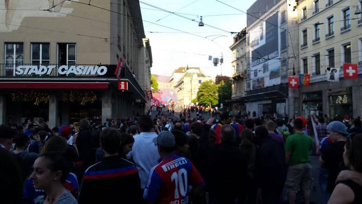 Vor dem «Meister-Balkon» haben sich kurz nach dem Spiel schon einige Fans angesammelt.