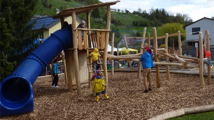 Der neue Spielplatz bietet mehrere Rutschen, Klettergerüste aus Holz und eine Kiesgrube. Simon Tschopp