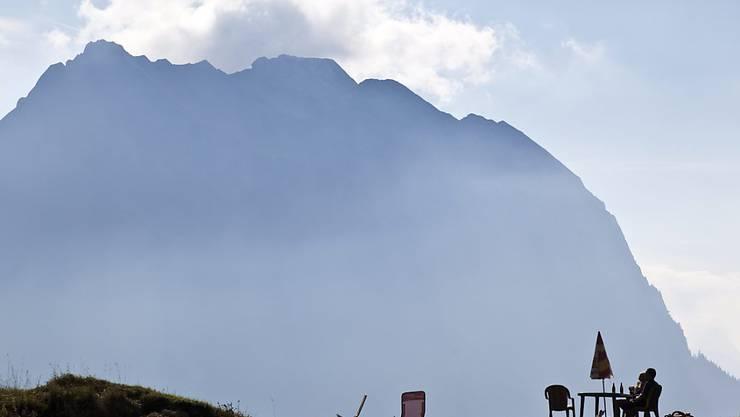 Der Nebel am Fluebrig machte eine Helikopterrettung unmöglich: In sechs Stunden haben 18 Alpinisten einen verletzten Bergsteiger geborgen. (Archivbild)