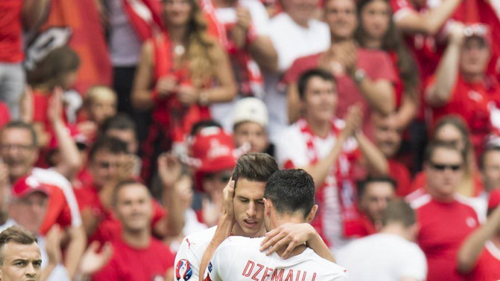 Blerim Dzemaili beglückwünscht Fabian Schär zum siegbringenden 1:0