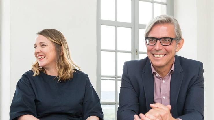Christine Ziegler und René Marty im Gespräch beim Pressetermin. Christine Ziegler und René Marty lösen Peter und Renate Jud als Verwalter des Schloss Lenzburg ab.