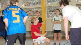 Die Schüler lernten bei einem Selbstbehauptungskurs, dass «Köpfchen» und Wendigkeit oft die bessere Taktik sein kann. ERIKA LÜSCHER