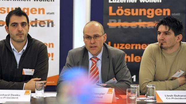 Ben Desku (l.) und Llesh Duhanaj (r.) informieren zusammen mit dem Präsidenten der CVP Luzern, Martin Schwegler über die neue Vereinigung
