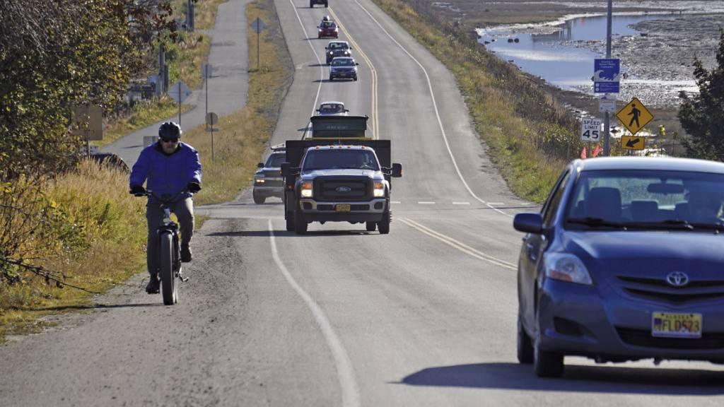 Ein Fahrradfahrer und mehrere Autos verlassen Homer, nachdem eine Tsunami-Evakuierung für tief gelegene Gebiete in Homer erlassen worden war. Ein Erdbeben hat die Küste des US-Bundesstaates Alaska erschüttert. Foto: Michael A. Armstrong/Homer News/AP/dpa