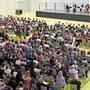 Viele Schülerinnen und Schüler geniessen die Darbietungen der sechs Solisten von Argovia Philharmonic.