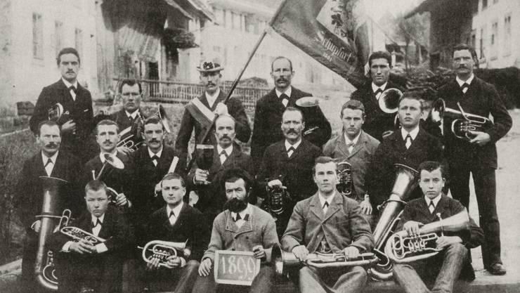Die Musikgesellschaft Schupfart posierte 1899 mit ihren Instrumenten für ein Foto.