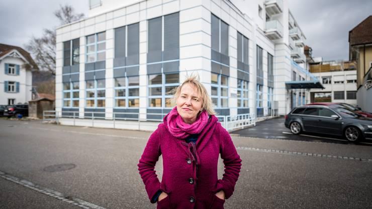 Petra Märchy vor einer der beiden Lärmquellen: dem Sunrise-Datencenter im Obach-Quartier.