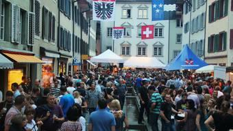 Dichtes Gedränge in den Gassen der Aarauer Altstadt am Maienzug-Vorabend