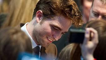 Pattinson schreibt eifrig Autogramme