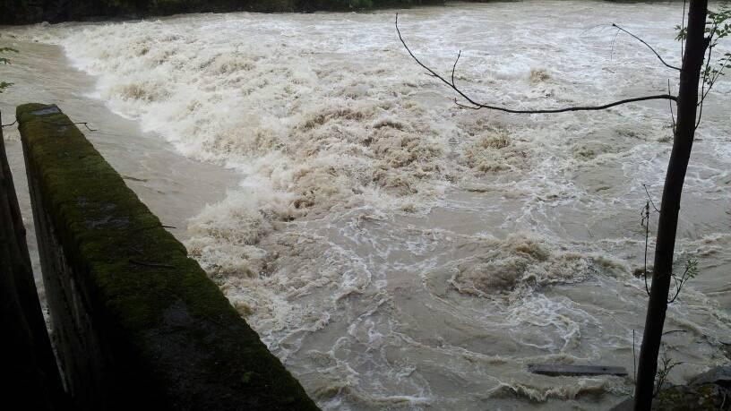 Schulklasse auf Wanderung von Hochwasser überrascht