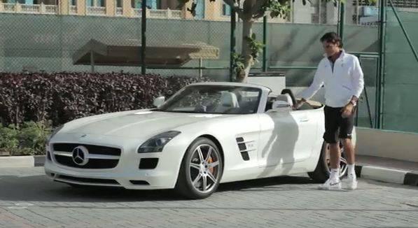 Roger Federer testet den neuen Mercedes SLS AMG Roadster