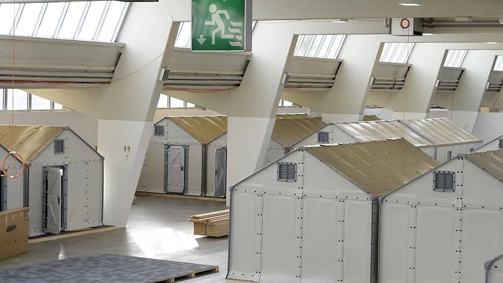 Haben den Brandtest nicht bestanden: Die Flüchtlings-Häuschen in der Zürcher Messehalle werden wieder abgebaut.