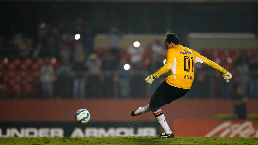 Rogerio Ceni trifft hier gegen Santos.